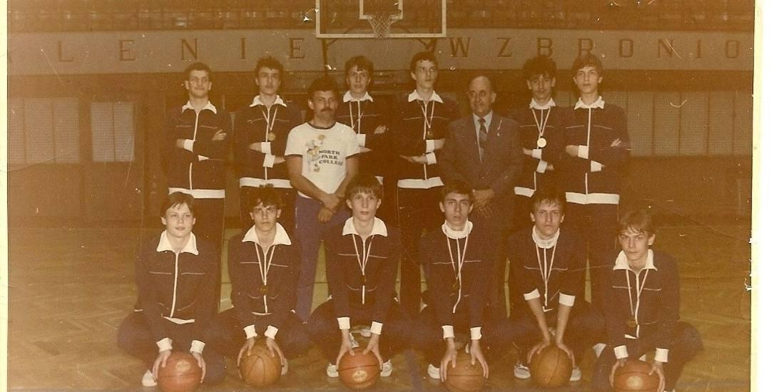 Podpis pod zdjęcie: Drużyna Astorii, która w 1985 roku zdobyła złoty medal mistrzostw Polski kadetów. Aureliusz Gościniak stoi z lewej, z prawej - Roman