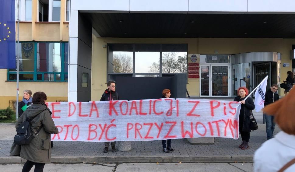Film do artykułu: Protest przed urzędem: Nie chcą rządów PiS (ZDJĘCIA)