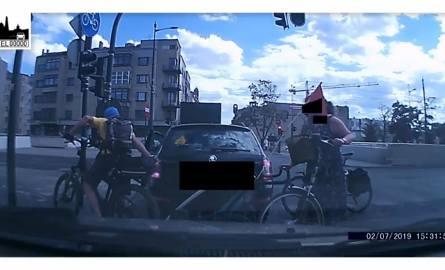 Rowerzyści zaatakowali w Łodzi samochód. Bo stanął na drodze rowerowej