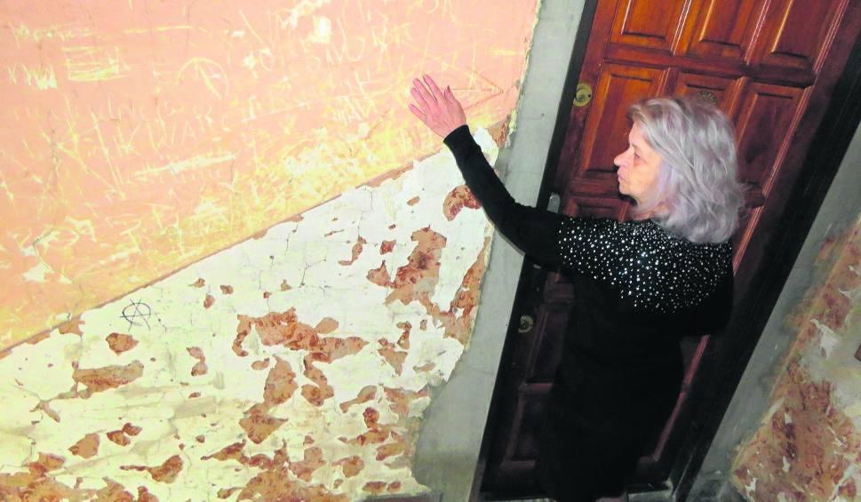Film do artykułu: Wadowice. Lokatorzy kamienicy domagaj się remontu klatki schodowej