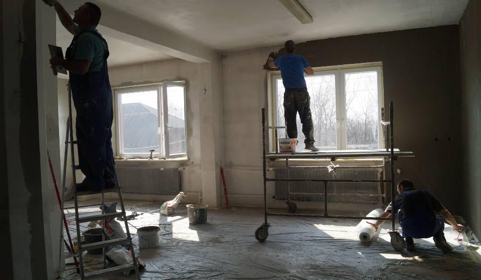 Film do artykułu: Bolesław. Więźniowie robią remonty. To zysk dla gminy