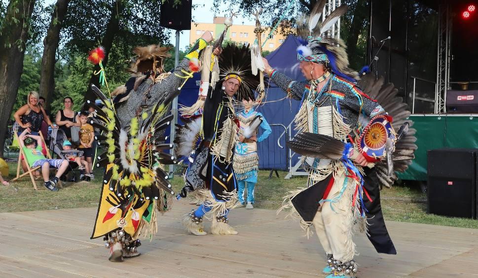 """Film do artykułu: """"Powrót indiańskiej wioski"""" w parku na Ustroniu. Piknik Amfiteatru z warsztatami, zabawami i tańcami"""