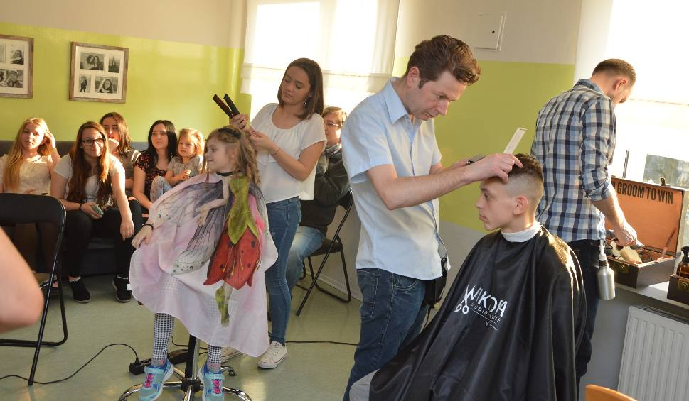 Fryzjer Błażej Adamus Z Córką Strzygli W Domach Dziecka