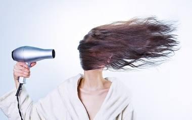 Jak prawidłowo suszyć włosy? Czy włosy kręcone wymagają innego suszenia niż proste?