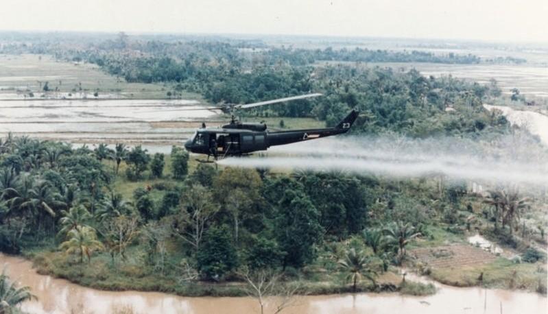 Amerykański helikopter rozpyla defoliant Agent Orange nad Wietnamem