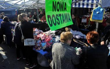 Na handlowym zakazie mogą skorzystać właściciele małych sklepów oraz kupcy. Na zdj. bazar przy ul. Dworaka w Rzeszowie