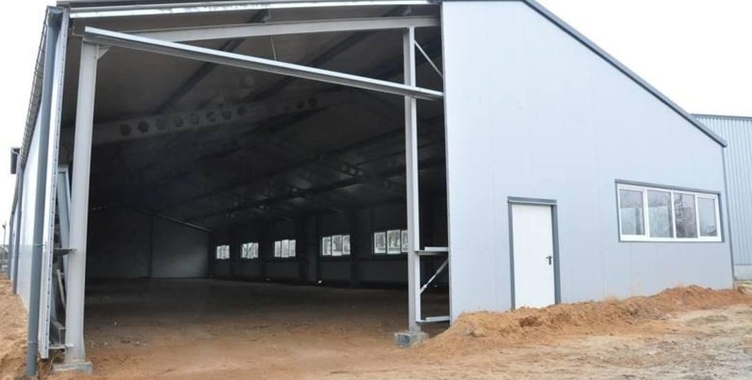 Tak wygląda zbudowany za 2,68 mln zł inkubator w Polanowicach, którego stan - blaszane hale na klepisku - burmistrz Byczyny określił jako deweloperski.