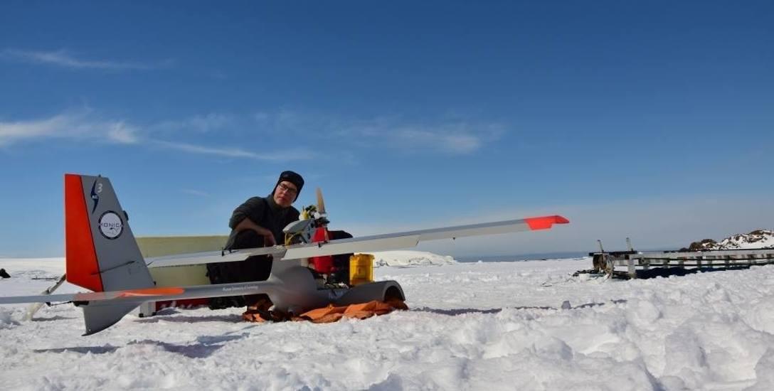 Adam Tomaszewski po raz pierwszy na wyprawę antarktyczną ruszył w 2015 roku. Był wtedy na trzecim roku studiów. Na Antarktykę wrócił też po roku.