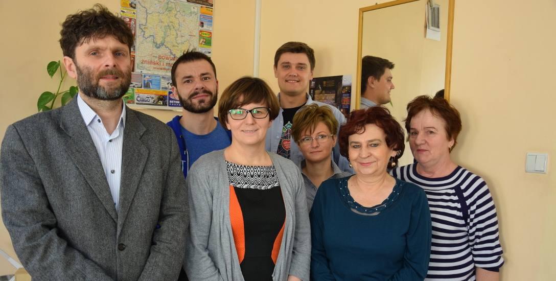 Tomasz Gronet (z lewej) zaczął pracę w innej placówce, z innymi ludźmi. Na zdjęciu część pracowników barcińskiego domu kultury.
