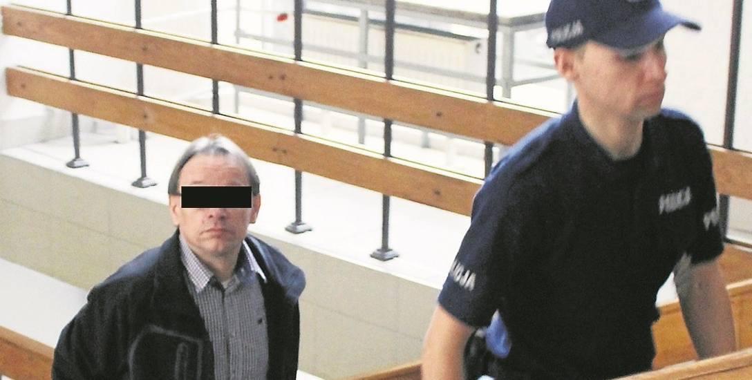 Sławomir J. w drodze na salę sądową. Jego proces toczy się za zamkniętymi drzwiami
