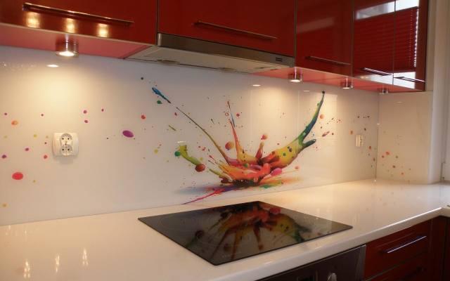Szklane panele na ścianie w kuchni łatwo utrzymać w czystości, ponieważ montowane są bez spoin.