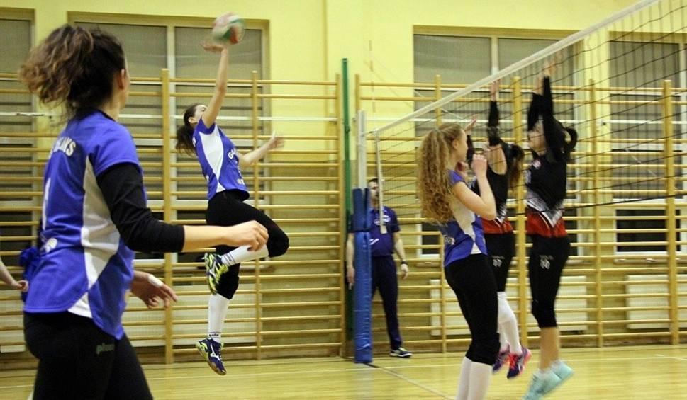 Film do artykułu: Dana Gameb UKS Relaks Skarżysko-Kamienna pokonała AZS UJK Kielce w decydującym meczu o trzecie miejsce w lidze siatkówki kobiet