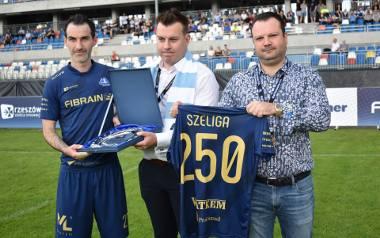 Sławomir Szeliga (z lewej) przed meczem z KSZO Ostrowiec Świętokrzyski otrzymał pamiątkową paterę