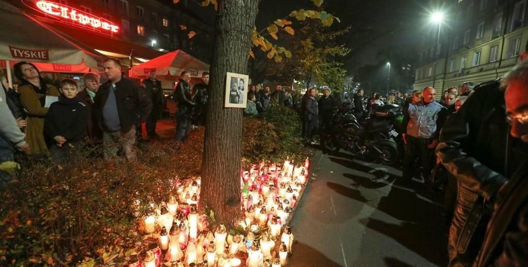 Marzenę żegnało tysiące osób. Przyjaciele, znajomi - motocykliści. Zebrali się na miejscu wypadku, zapalili znicze.
