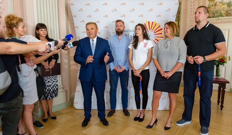 Film do artykułu: Białostoccy medaliści Wojciech Nowicki i Martyna Dąbrowska spotkali się z prezydentem Białegostoku (zdjęcia, wideo)