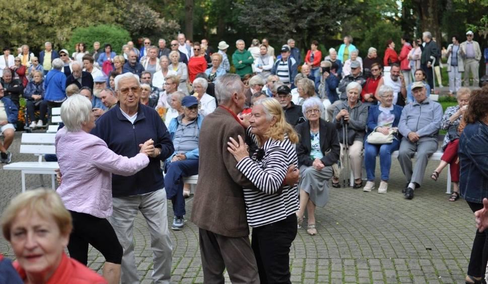 Film do artykułu: Szalona zabawa seniorów w Parku Zdrojowym w Busku. To trzeba zobaczyć! (WIDEO, ZDJĘCIA)