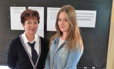 Teresa Łęcka, dyrektor Centrum Kształcenia Zawodowego i Ustawicznego oraz Lidia Lebioda, absolwentka tej szkoły, która we wtorek poprawiała maturę z