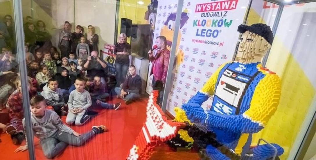 Kibice udzielają wsparcia zawodnikowi nie tylko finansowego. Tak w Bydgoszczy prezentuje się Tomasz Gollob z klocków lego.