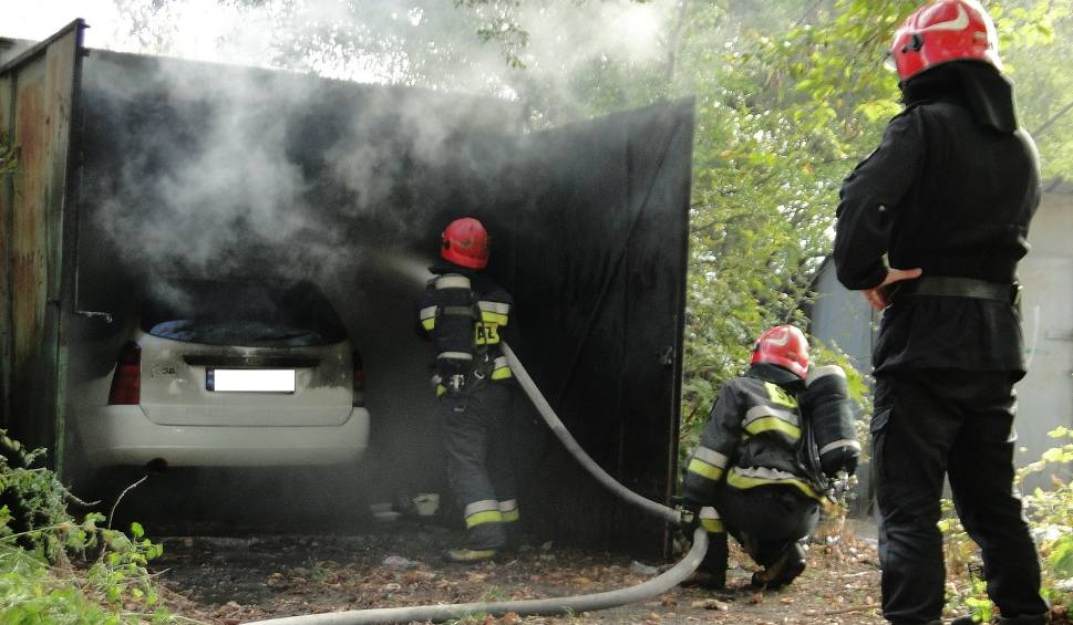 Film do artykułu: Pożar samochodu w garażu w centrum Radomia (zdjęcia)