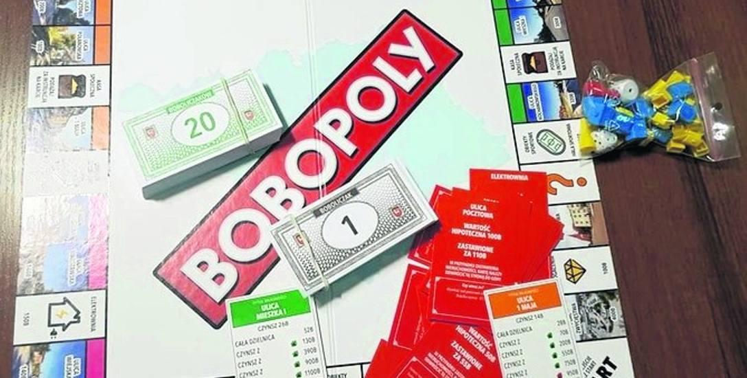 Zestaw zawiera planszę, karty, pionki, banknoty, listę szans i kasy społecznej, 2 kostki, 32 domy, 12 hoteli