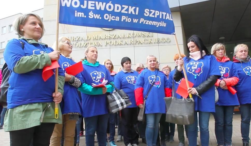 Film do artykułu: Pielęgniarki z Przemyśla i Tarnobrzega pokazały w Rzeszowie czerwoną kartkę rządzącym [WIDEO]