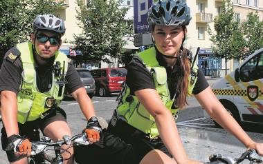 Tomasz Prymaczek i Aneta Łupińska chwalą sobie pracę w straży miejskiej. - Jest bardzo ciekawa. Każdego dnia coś się dzieje - mówi  Aneta Łupińska.