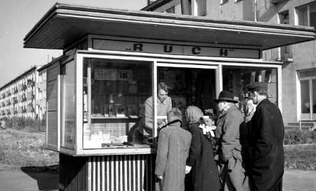 Kioski Ruchu stały się nieodłącznym elementem naszego krajobrazu. Na zdjęciu - rok 1956 - kiosk przy ul. Wołoskiej w Warszawie