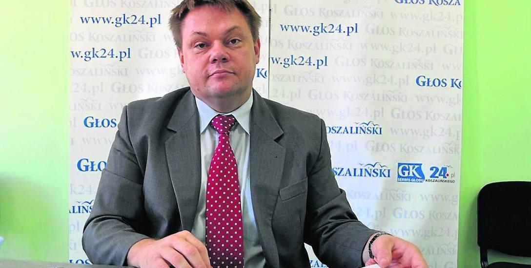 Marek Kotschy (na zdjęciu jeszcze jako wicestarosta szczecinecki na dyżurze w naszej redakcji) w powiecie odpowiadał m.in. na oświatę. Teraz został prezesem