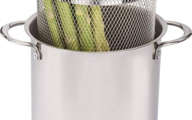 Szparagi najlepiej gotować w wysokim garnku, który pozwoli przygotować warzywa w całości, bez konieczności dzielenia na mniejsze części czy wiązania