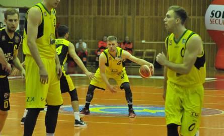 Koszykarze Siarki Tarnobrzeg (w żółtych koszulkach)