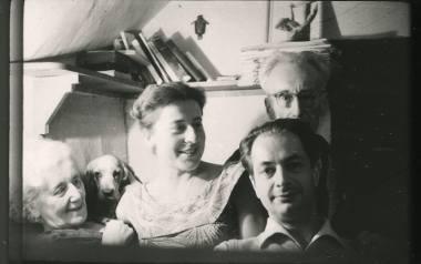 Maria Czapska, Elżbieta Łubieńska, Józef Czapski, Henryk Giedroyc. W pokoju Marii Czapskiej w domu Instytutu Literackiego. Fotografia wykonana za pomocą