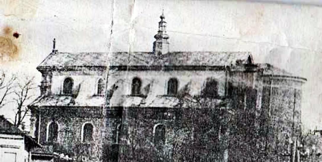 Zdjęcie kościoła parafialnego zostało wykonane w 1930 roku, gdy wieżą kościoła nie była jeszcze odbudowana po I wojnie.