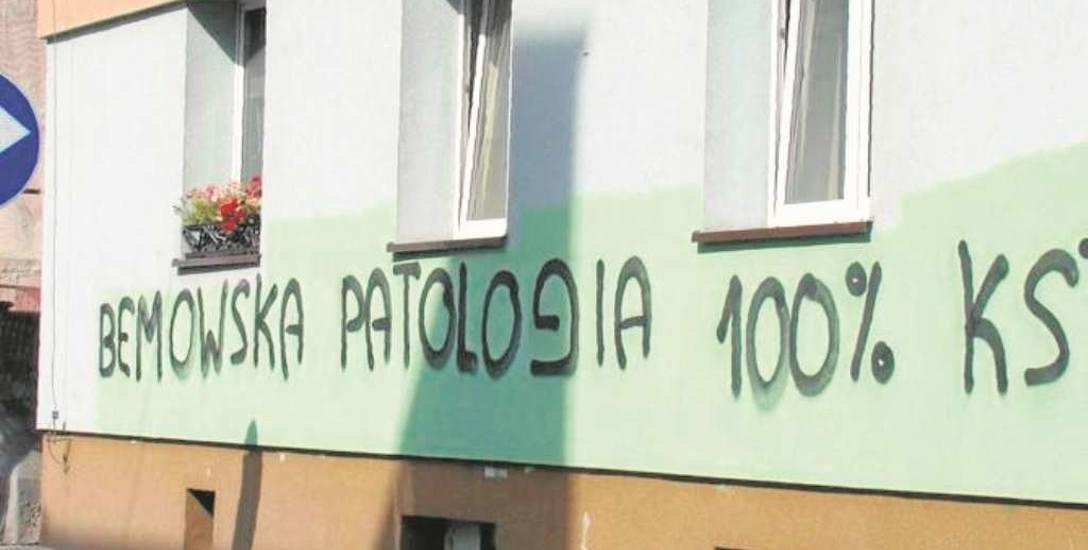 Często kilka dni po zamalowaniu starych malunków i napisów w tych samych miejscach pojawiają się nowe, jak przy ul. Bema