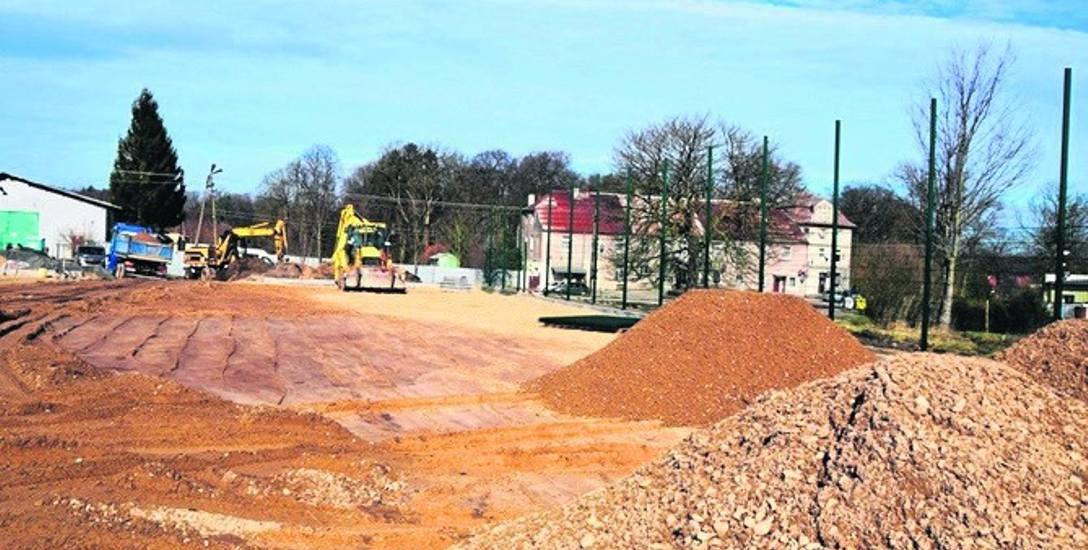 Budowa boiska wielofunkcyjnego w Kwasowie. Prace, jak zapewnia gmina przebiegają w ekspresowym tempie