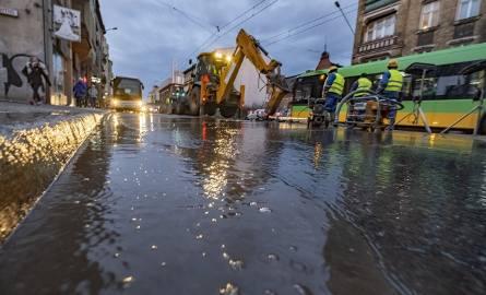 Do awarii wodociągowej doszło na ulicy Głogowskiej, na wysokości Śniadeckich. W związku z tym tramwaje jeżdżą objazdami. Między skrzyżowaniem Głogowska/Hetmańska