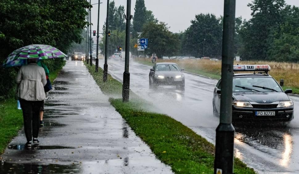 Film do artykułu: Zalane drogi, piwnice i posesje w regionie. Dzisiaj kolejny dzień z deszczem i burzami. IMGW ostrzega! [prognoza]