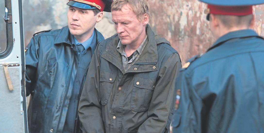 """Kadr z filmu """"Lewiatan"""". Bohater upadlany jest przez skorumpowanych urzędników i  sprzedajną  milicję"""