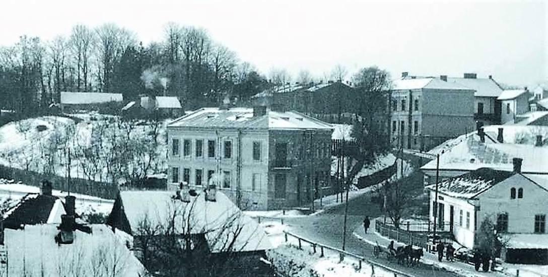 Narożny budynek to drukarnia przy dzisiejszym rondzie. Fotografię  wykonano przed I wojną najpewniej z okien kamienicy Korna