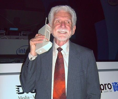 Martin Cooper, zwany ojcem telefonii komórkowej, trzyma Motorolę DynaTAC