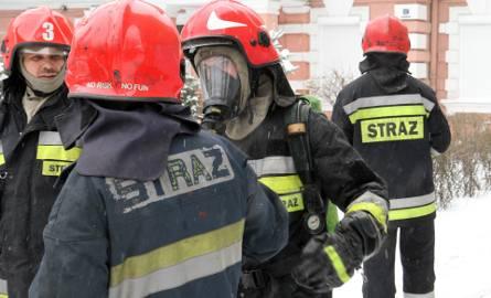 Strażacy walczą z ogniem, który wybuchł w jednym z domów w Izbicy Kujawskiej.