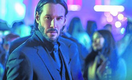 """W sekwencjach walk wszystko daje z siebie Keanu Reeves - nieco ciężkawy w ruchach, kanciasty w aktorstwie, ale trafnie """"wpasowany"""" w postać ponurego,"""