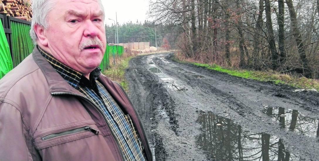 Sołtys Wojciech Bortnowski martwi się stanem drogi biegnącej z Jeleniowa w kierunku Jarogniewic. W jego opinii trasa jest jedynie przejezdna dla ciężkich