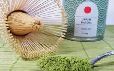 Japońska matcha to rodzaj zielonej herbaty, którą uzyskuje się poprzez sproszkowanie liści krzewów herbacianych i nazywana jest najzdrowszą herbatą na