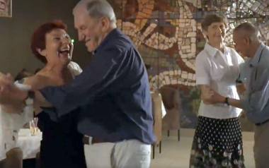 """Fajfy i dancingi to ulubiona forma spędzania wolnego czasu przez bywalców sanatoriów.  Powyżej kadr z nakręconego w inowrocławskim uzdrowisku filmu """"Kuracjusz"""