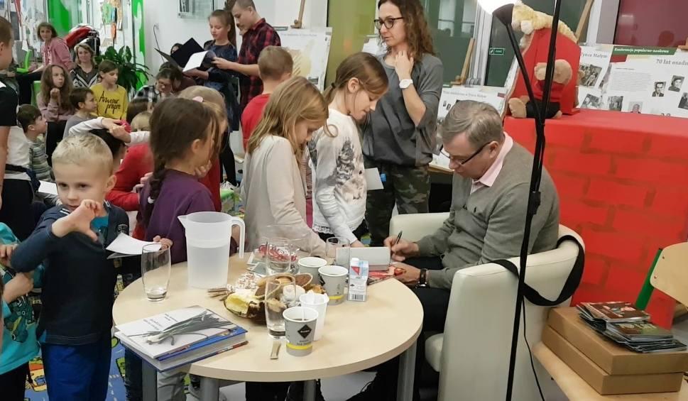 Film do artykułu: Tadeusz Pawłowski czyta dzieciom książkę o Lewandowskim [FILM]