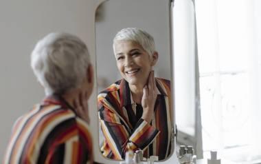 Te metamorfozy kobiet pokazują, że makijaż odmładzający potrafi dodatkowo wywołać uśmiech na twarzy i podnieść samoocenę. Jak się malować, aby się odmłodzić