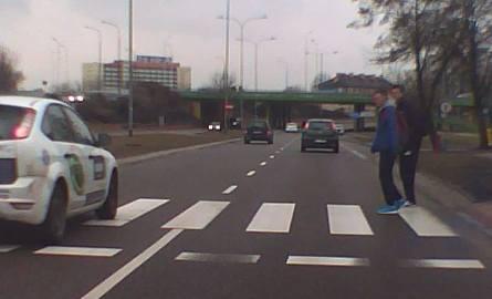 Na ulicy Knyszyńskiej w Białymstoku kierowca forda wyprzedzał na przejściu. Piesi odskoczyli w ostatniej chwili