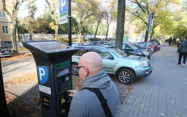 Drożej za parkowanie. Zapłacą też właściciele hybryd