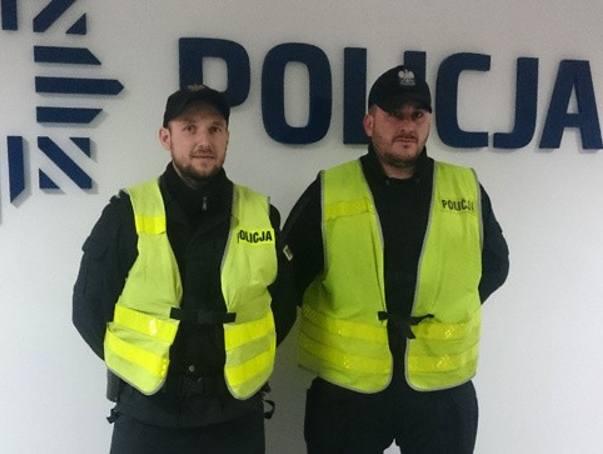 Starszy sierżant Michał Sadowski i starszy posterunkowy Paweł Kurpiewski pokazali, że policjantem jest się przez całą dobę