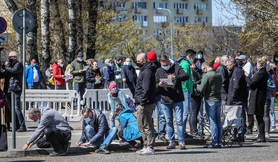 Film do artykułu: Setki osób w kolejce po szczepienie w mobilnym punkcie szczepień w Gdyni. Nie ma już miejsc, następne dopiero jutro. Zdjęcia, wideo
